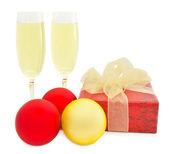 クリスマス ボールとボックスとシャンパンのグラス — ストック写真