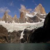 Snow avalanche below cerro Fitz Roy tower, Los Glaciares Nationa — Stock Photo