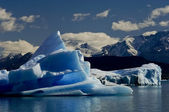 Melting iceberg from dyeing glacier drifting away on Argentino l — Stock Photo