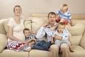 Kanepede oturan aile — Stok fotoğraf
