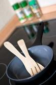 Frigideira com utensílios de cozinha em um fogão — Foto Stock