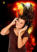 Fille, écouter de la musique — Photo