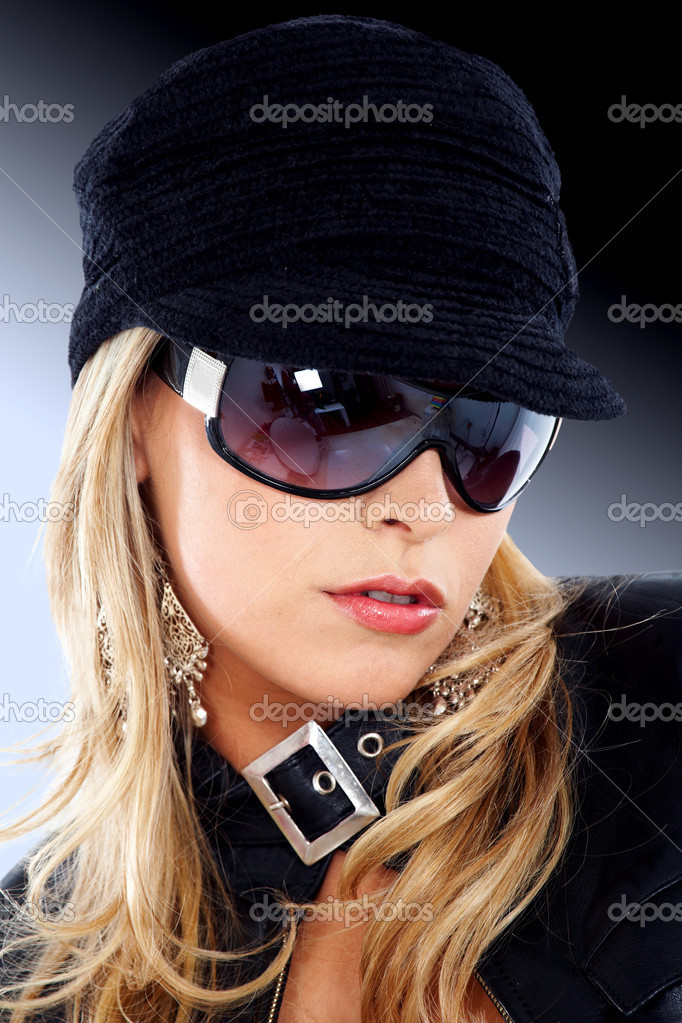 Blond fashion woman portrait wearing sunglasses and a black hat — Stock Photo #7568366