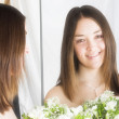 Beautiful bride on a mirror - Foto Stock