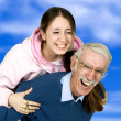 meisje en haar vader plezier — Stockfoto