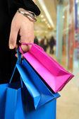 Cargando bolsas de compras en el centro comercial — Foto de Stock