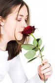 美丽的女孩嗅到玫瑰 — 图库照片