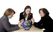 Obchodní tým s zeměkoule — Stock fotografie