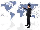 Hombre de negocios que presenta un mapa del mundo — Foto de Stock