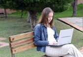 Casual vrouw op laptop — Stockfoto