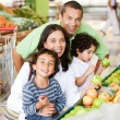 Family at the supermarket — Stockfoto