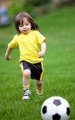 Niño feliz jugando al fútbol — Foto de Stock