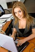 Business-frau auf einem laptop — Stockfoto