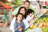 Famiglia al supermercato — Foto Stock