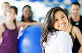 Gülümseyen jimnastik salonu kadın — Stok fotoğraf