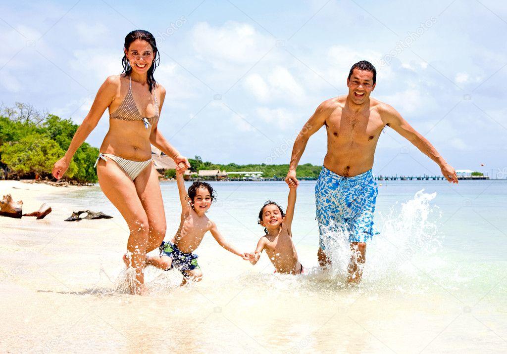 Счастливая семья на отдыхе — Стоковое ...: ru.depositphotos.com/7642709/stock-photo-happy-family-on-vacation.html