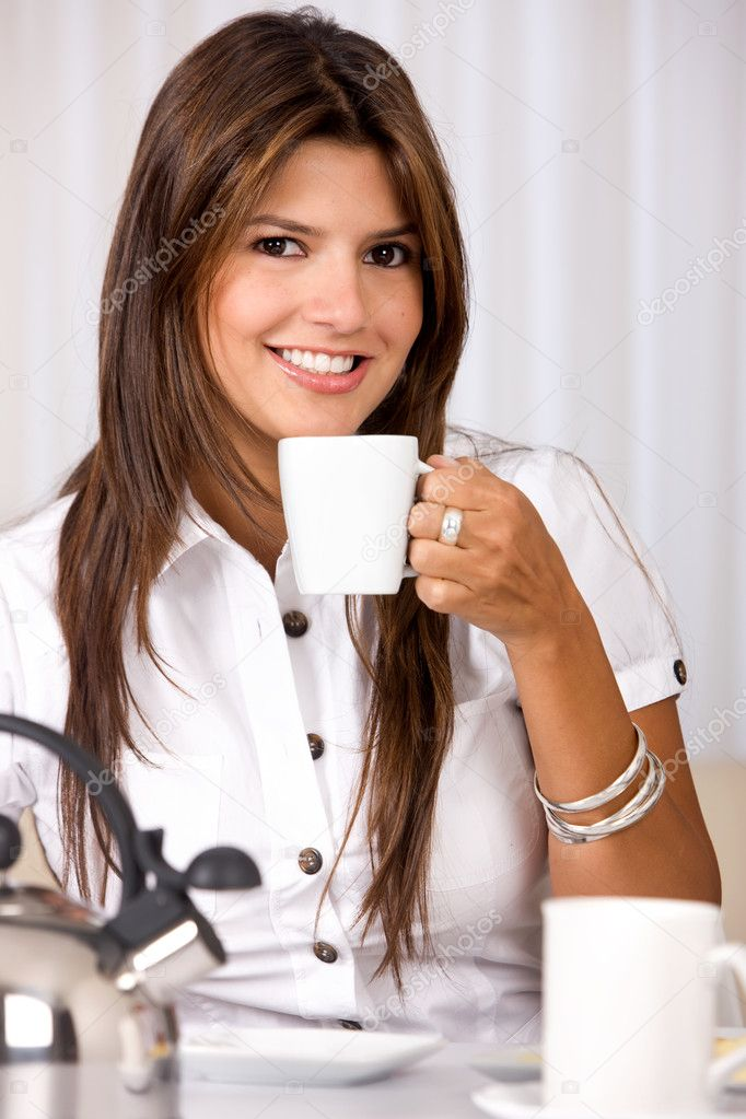 Casual woman at home having breakfast and smiling — Stock Photo #7642918
