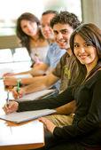Przyjaciele lub studentów uśmiechający się — Zdjęcie stockowe