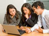 équipe des activités sur un ordinateur portable — Photo