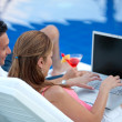 Online couple on vacation — Stockfoto