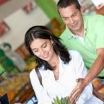 Happy couple shopping at the supermarket — Stock Photo