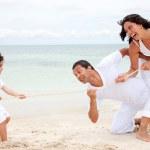 familia Playa tirando de una cuerda — Foto de Stock