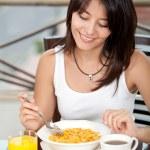 mujer comiendo su desayuno — Foto de Stock