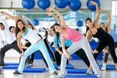 Clase de aeróbicos en un gimnasio — Foto de Stock