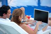 онлайн пара в отпуске — Стоковое фото