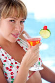 Frau, die einen cocktail trinken — Stockfoto