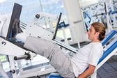 Man exercising at the gym — ストック写真
