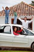 Familia con un auto — Foto de Stock