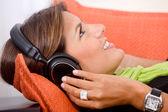Kvinna med hörlurar — Stockfoto