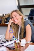 Affärskvinna i ett kontor — Stock fotografie