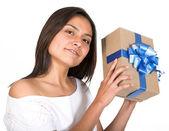 Dívka s dárkem — Stock fotografie