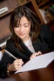 Obchodní žena podepsání smlouvy — Stock fotografie