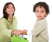 Glückliches kind ein geschenk erhalten — Stockfoto