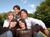 Vacker familj utomhus — Stockfoto