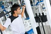 Człowiek na siłowni - wagi — Zdjęcie stockowe