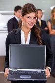 Donna d'affari con un computer portatile — Foto Stock