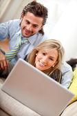 Couple d'affaires sur un ordinateur portable — Photo