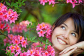 Belle fille avec des fleurs — Photo