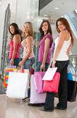 Shopping flickor — Stockfoto