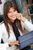 деловая женщина на ноутбуке — Стоковое фото