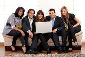 Businessteam op een laptop — Stockfoto