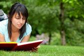 Joven leyendo — Foto de Stock