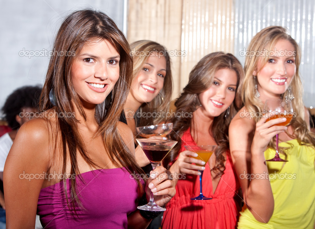 Group of happy girls smiling at a party with some cocktail drinks — Stock fotografie #7701691