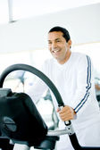 Homem exercitando na academia — Foto Stock