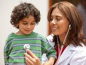 Female pediatrician — Stockfoto