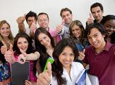 Grupp unga studenter — Stockfoto